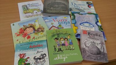 """Labdaros ir paramos fondo """"Švieskime vaikus"""" dovana progimnazijos bibliotekai"""